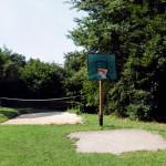 Beachvolleyballfeld und Basketballkorb