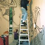 1992: Ein Wandbild entsteht im Haupthaus unter Anleitung des exilchilenischen Künstlers Kadima
