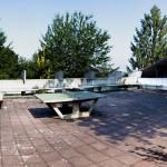 Die Dachfläche auf dem Bungalow vor dem Europahaus