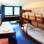Ein Dreibettzimmer mit Etagenbett