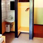 Zimmer mit Waschbecken und Schrank