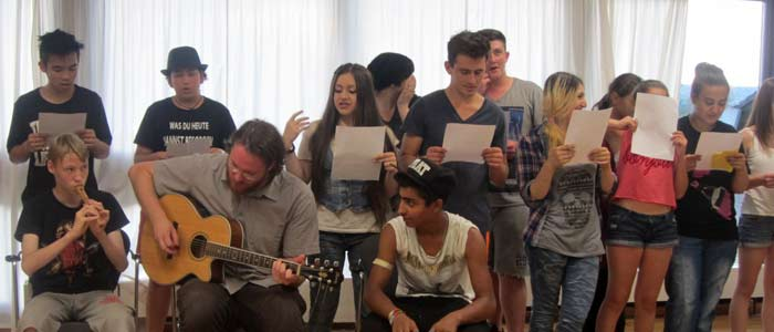 Jugendgruppe singt gemeinsam