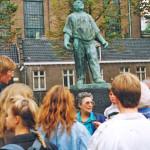 """1989: Niederländisch-deutsches Begegnungsseminar: Die Zeitzeugin Miriam Ohringer berichtet vor dem """"Dokwerker"""" - Monument in Amsterdam, wie sie den Februarstreik 1941 gegen die deutsche Besatzung mit erlebt hat."""