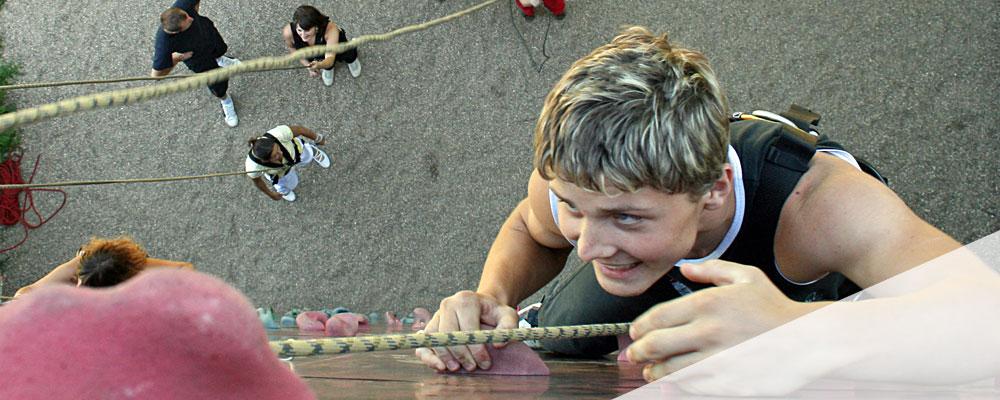 Jugendlicher an der Kletterwand