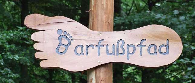 Holzwegweiser Barfußpfad in Fußform