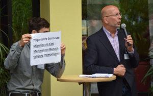 Alois Finke erläutert die frühere und aktuelle Bildungsarbeit mit Migrant*innen und Geflüchteten in der Jugendakademie.