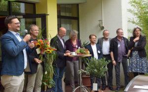 Der Vorstand des Trägervereins und stellvertretend Björn Müller Bohlen gratulieren dem Leiter der Jugendakademie, Reinhard Griep, zu seinem 25jährigen Dienstjubiläum. Ebenso gratulieren sie Alois Finke, Bildungsreferent und Mitglied des Leitungsteams, zu seinem 35jährigen Dienstjubiläum.