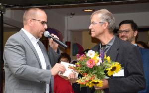 Der stellv. Bürgermeister der Stadt Bornheim gratuliert dem Leiter der Jugendakademie zu seinem Dienstjubiläum und zur Eröffnung des neuen Erweiterungsbaus.