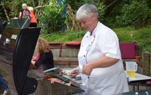 Das Grillbüffet wird durch die Küchenleiterin, Elke Huber, eröffnet.
