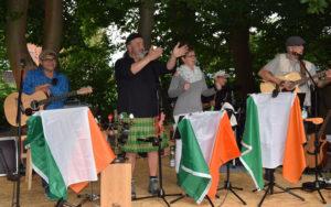 """Die Band """"Duo garage and friends"""" mit dem Koch der Jugendakademie Jörg Kaster, sorgt mit ihrer irischen Folkmusik für Stimmung auf dem Fest."""