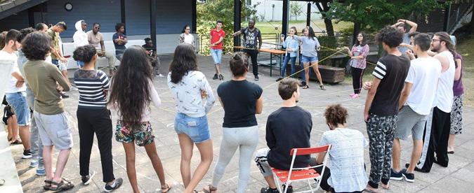 Gruppe von Jugendlichen baut gemeinsam ein Netz