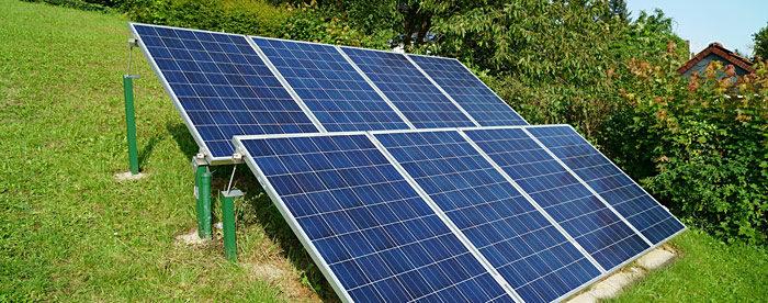 Kleine Photovoltaikanlage im Grünen