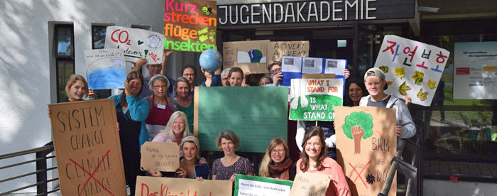 Mitarbeitende der Jugendakademie mit ihren Plakaten zum Klimastreik